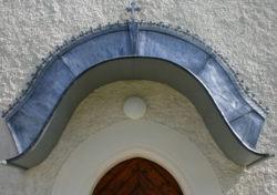 dachdecken-geuestrei-ortnerkofler-Eingangsdach in Blei